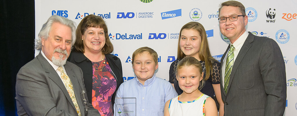 Phil Lempert at the 2015 U.S. Dairy Sustainability Awards with the Vold family